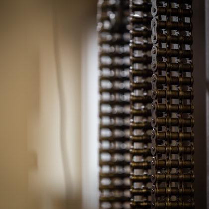 dēļu pakotājs ar integrētu liftu